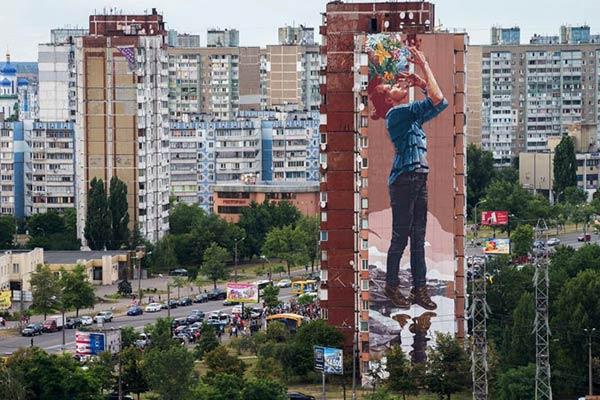 Australian artist Fintan Magee mural in Ukraine for Mural Social Club Festival/NGO Sky Art Foundation. (photo © Maksim Belousov)
